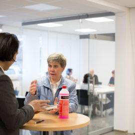 Sonja Bauer im Gespräch mit einem Lieferanten