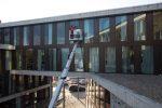 Reinigung schwer zugänglicher Fenster und Schrägverglasungen mittels Steiger