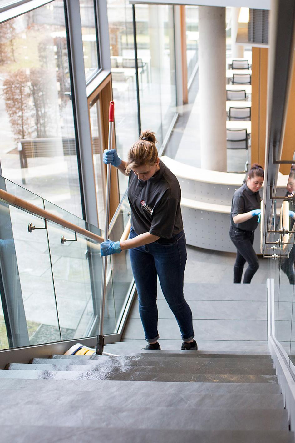 Unterhaltsreinigung vom Profi, Wir reinigen Verwaltungsgebäude und Gewerbegebäude pünktlich und zuverlässig