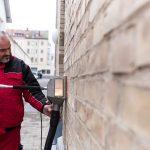 umweltfreundliche Entfernung von Graffiti auf Backstein mit Reinigungsmaschine