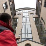 Fenster reinigen mit Teleskopstange schwer zugänglicher Fensterflächen