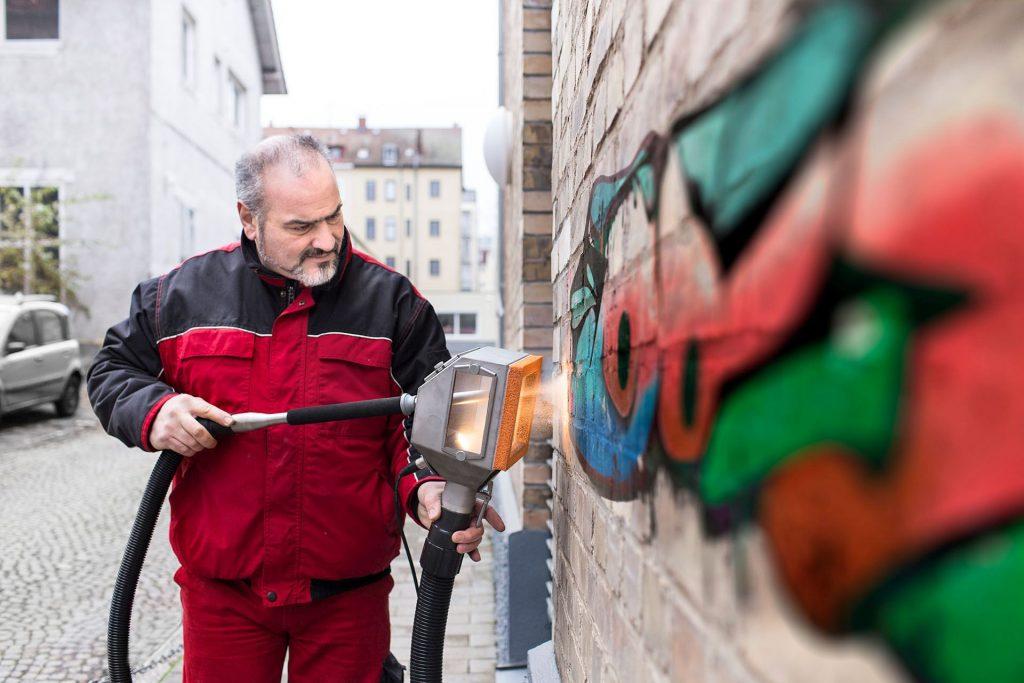 Unsere Bauer Gebäudereinigung führt im Bereich Sonder- und Spezialreinigungen Tätigkeiten aus, die über den Rahmen der üblichen Arbeitsabläufe in der Gebäudereinigung hinausgehen, Entfernung von Graffitis