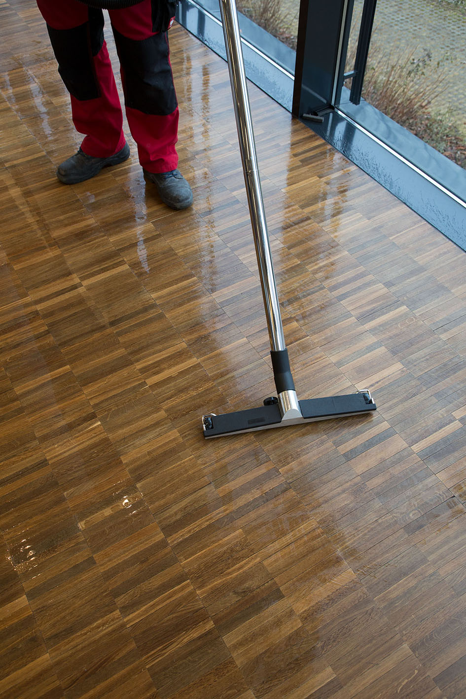 Holzbodenpflege und Reinigung im 4farb System
