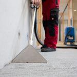 sorgfältiges Staubsaugen für die Teppichreinigung und Pflege mittels umweltverträglicher Putzmittel