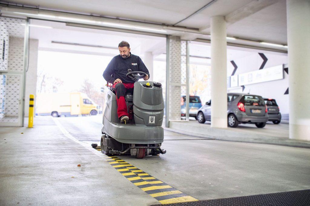 Aufsitzkehrmaschine für Reinigug großer Flächen in Parkhäusern und Tiefgaragen